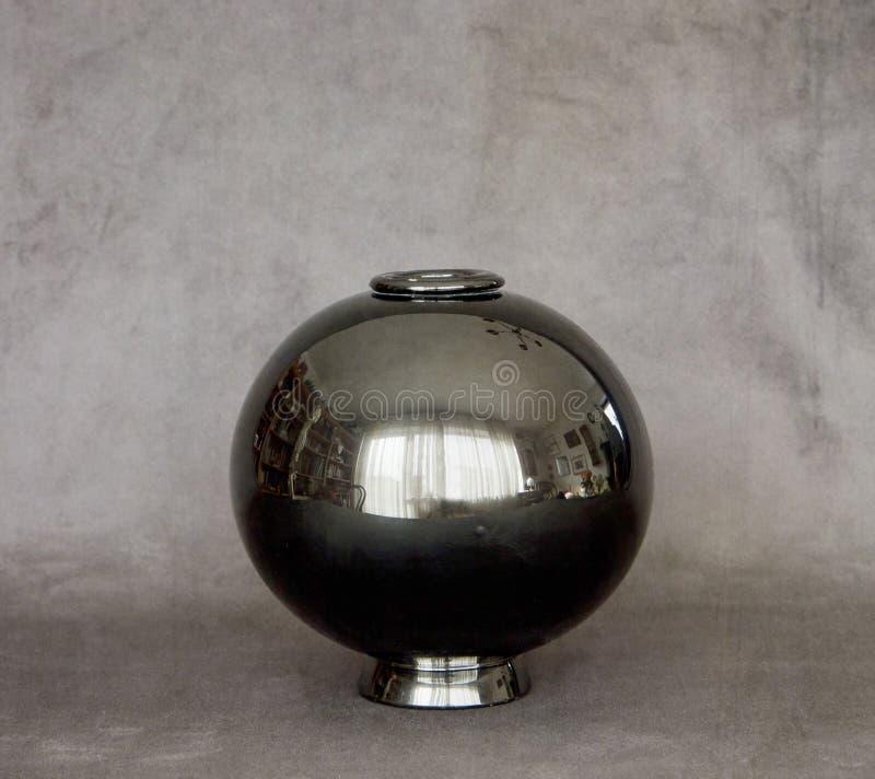 Natura morta di Minimalistic, vaso di vetro rotondo che riflette la stanza fotografie stock libere da diritti