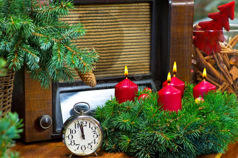Natura morta di Natale con Advent Wreath e la radio immagine stock