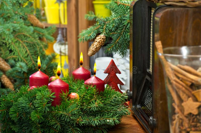Natura morta di Natale con Advent Wreath e la radio immagini stock