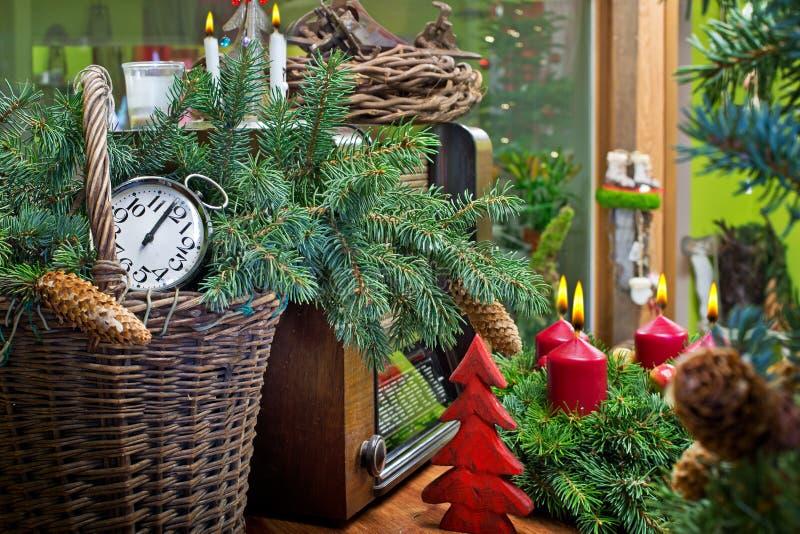 Natura morta di Natale con Advent Wreath e la radio fotografia stock libera da diritti