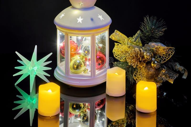 Natura morta di Natale con le candele di una torcia elettrica e un ramo attillato immagine stock libera da diritti