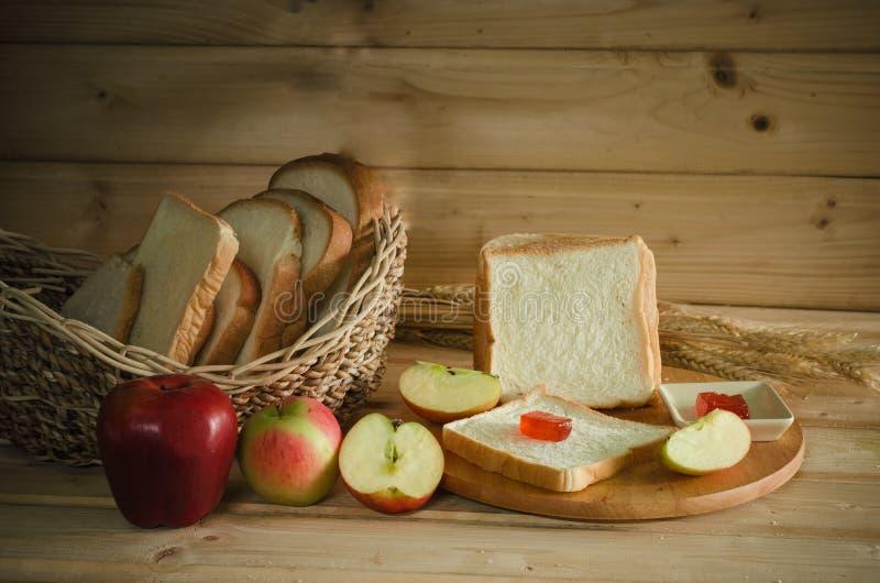Natura morta di pane e della mela affettata immagini stock libere da diritti
