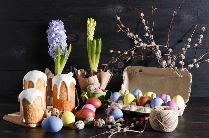 Natura morta di Pasqua su un fondo scuro e di legno fotografia stock