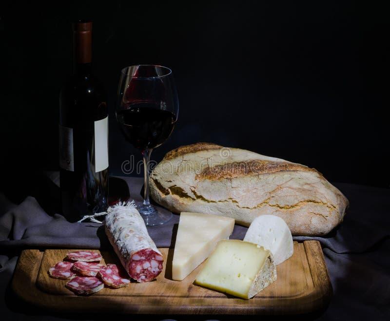 Natura morta di salumi italiano, del formaggio, del pane e del vino fotografia stock libera da diritti