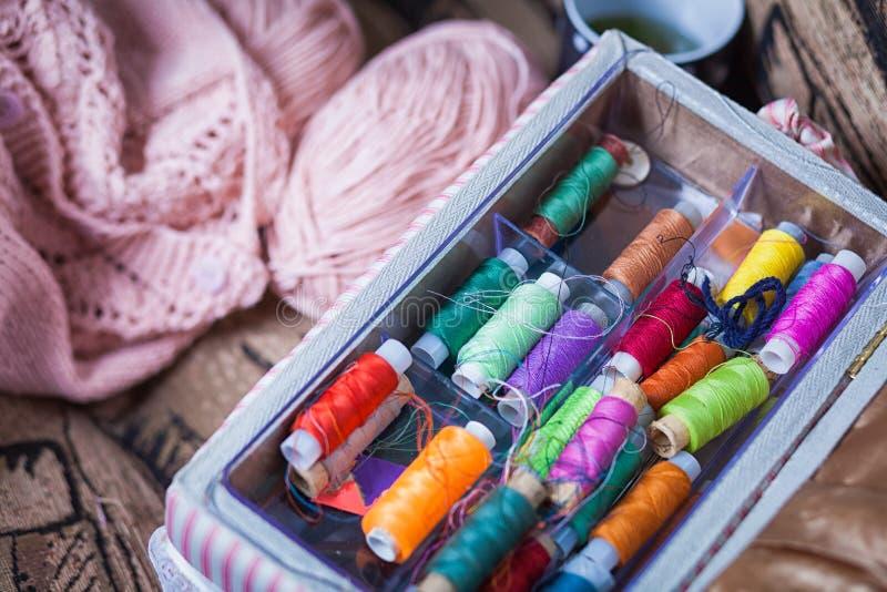 natura morta di un groviglio dei fili di lana rosa fotografia stock