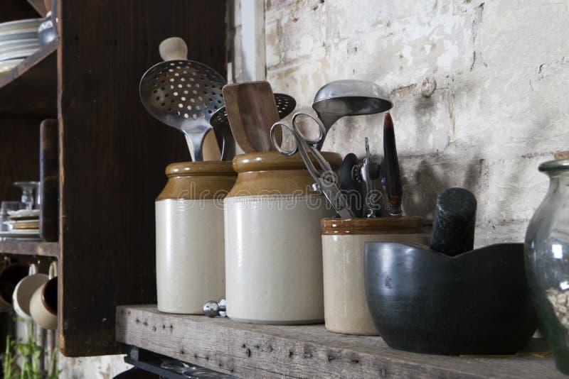 Natura morta domestica della cucina: Caffettiera d'annata, tazze dello smalto e formica immagini stock libere da diritti