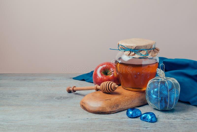 Natura morta ebrea di Rosh Hashana di festa con il barattolo del miele ed il contenitore di cioccolato fotografia stock libera da diritti