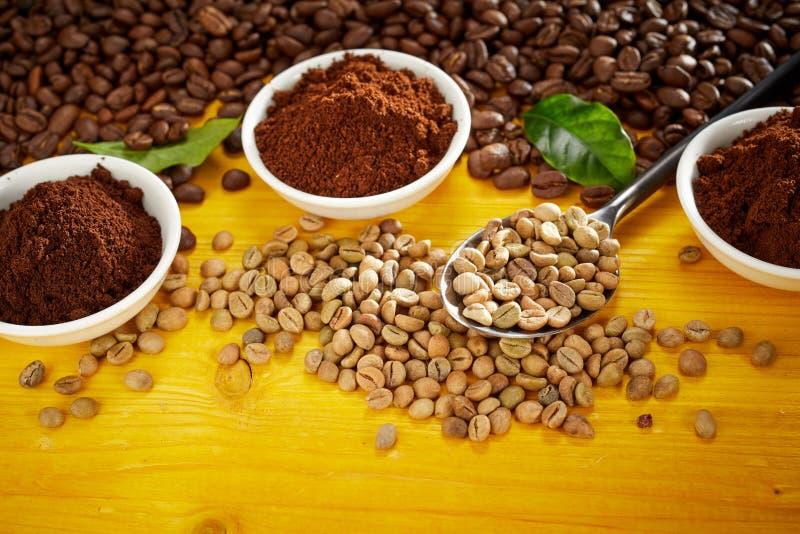 Natura morta gastronomica del caffè con i fagioli ed i motivi fotografia stock libera da diritti