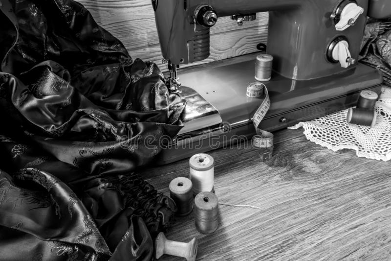 Natura morta monocromatica con la macchina per cucire d'annata fotografia stock libera da diritti
