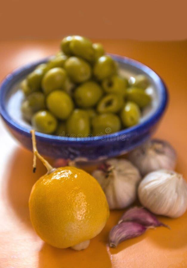 Natura morta: oliva, aglio immagine stock