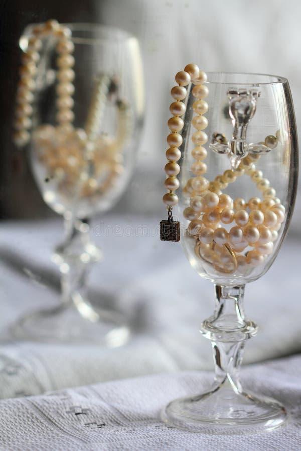 Natura morta: perle in un vetro fotografia stock libera da diritti