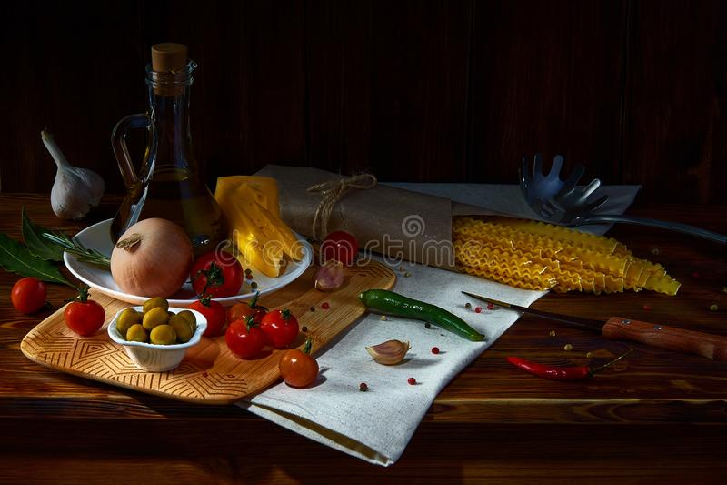 Natura morta rustica con gli spaghetti e l'olio d'oliva fotografia stock