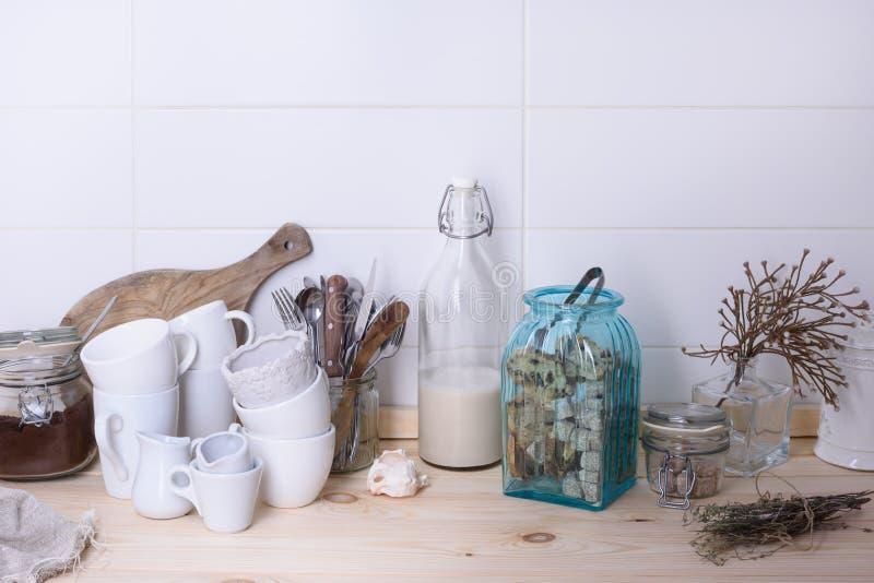Natura morta scandinava di stile di articolo da cucina su un contatore di legno del buffet Fondo bianco, spazio della copia fotografia stock libera da diritti
