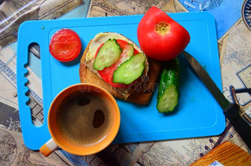 Natura morta su un fondo blu Umore del panino e del caffè fotografia stock libera da diritti