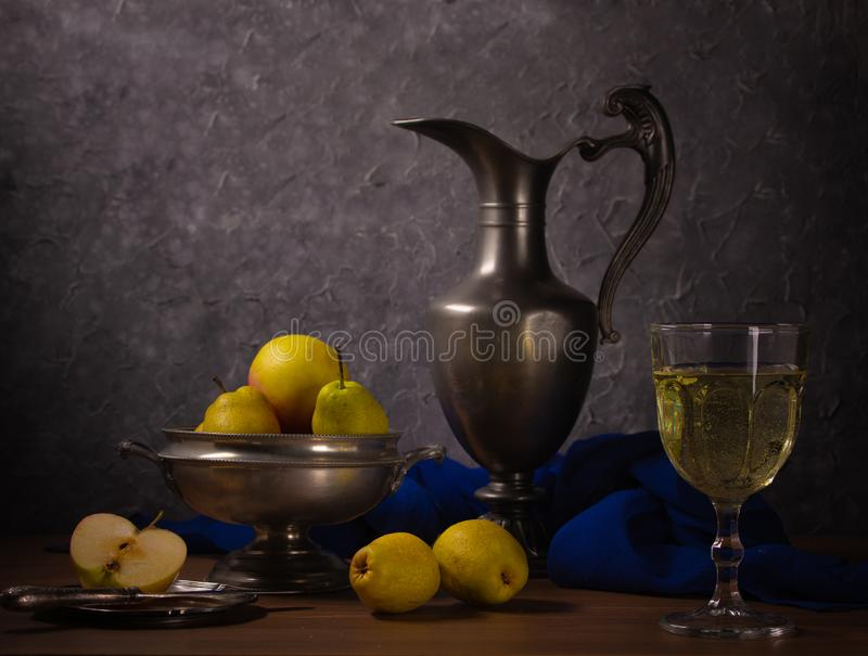 Natura morta tradizionale con una brocca, un vino e le pere immagini stock libere da diritti