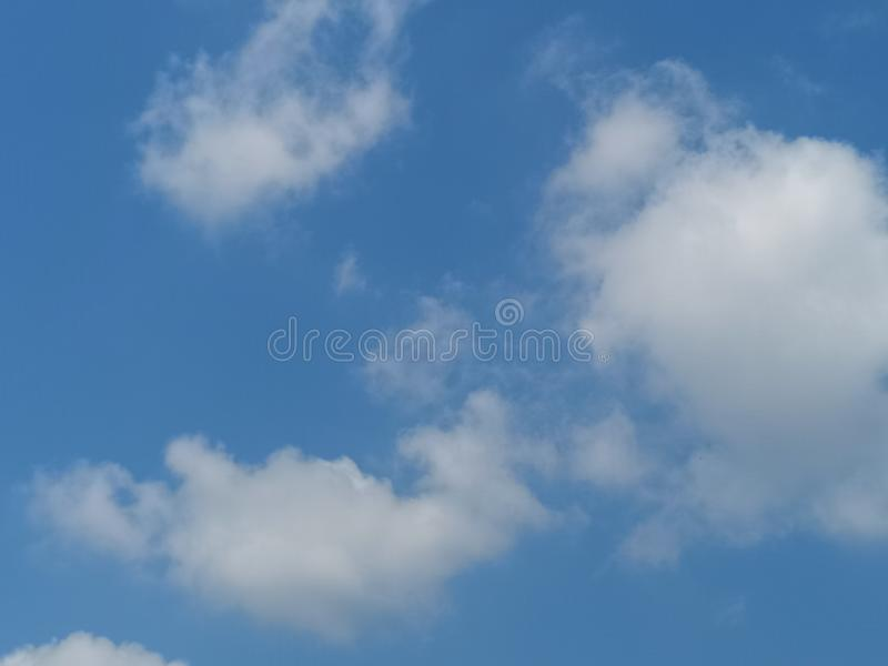 Natura nuvolosa dello sfondo naturale del cielo blu bianco delle nuvole in chiaro bella fotografia stock libera da diritti