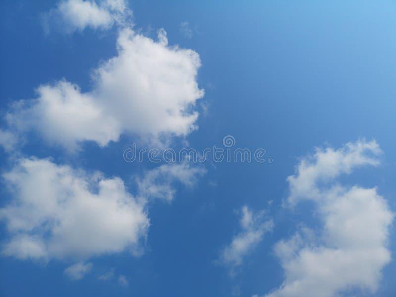 Natura nuvolosa dello sfondo naturale del cielo blu bianco delle nuvole in chiaro bella immagini stock libere da diritti