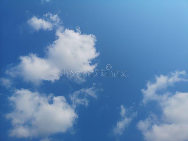 Natura nuvolosa dello sfondo naturale del cielo blu bianco delle nuvole in chiaro bella fotografie stock