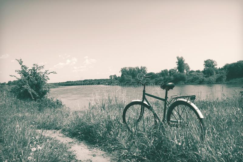 Natura russa Paesaggio sul fiume, bici di estate immagine stock