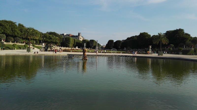 Natura urbana dello stagno del parco di Parigi immagine stock