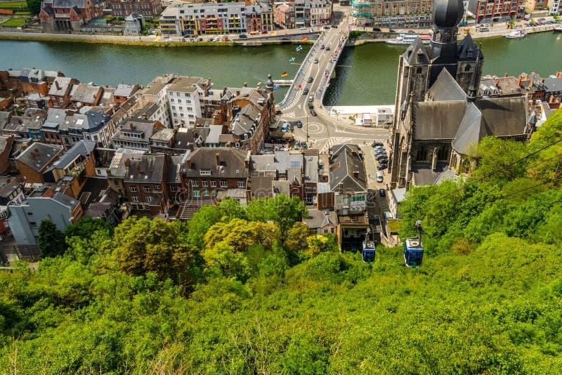 Natura urbana: Gondola o la funivia in mezzo a alberi verdi di cemento nella bella città di Dinant , Namur, belgio fotografie stock