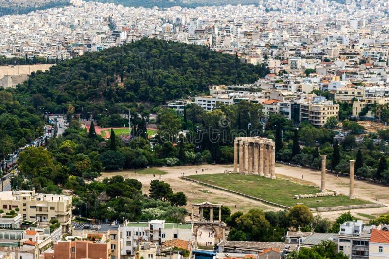 Natura urbana: panorama delle rovine del tempio di olympian zeus, città di Atene e natura verde immagini stock libere da diritti