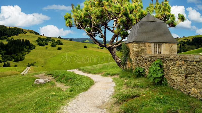 Natura, vecchia casa dalla strada, albero, paesaggio dei tains del moun, recinto di pietra immagine stock libera da diritti