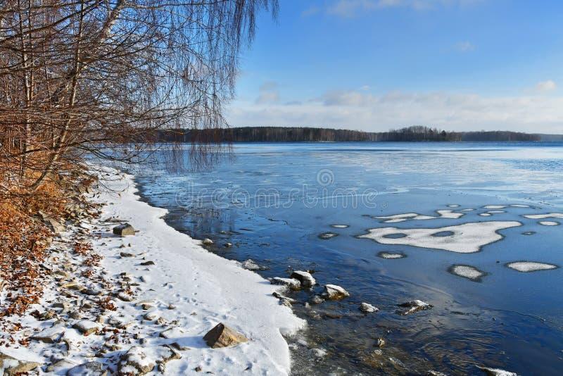 Natura zabytek - jeziorny Uvildy w Listopadzie w chmurnym dniu, Południowy Ural, Chelyabinsk region, Rosja obraz stock