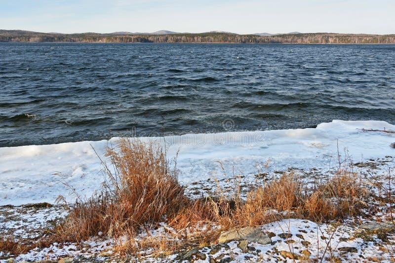Natura zabytek - jeziorny Uvildy w Listopadzie na chmurnym dniu, Południowy Ural, Chelyabinsk region, Rosja fotografia stock