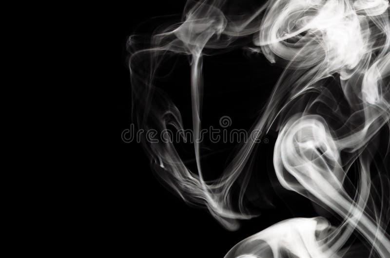 Naturabstrakt begrepp: Den delikata skönheten och elegansen av ett test av vit rök royaltyfri fotografi