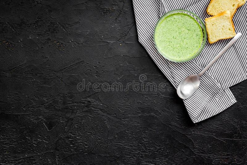 Natural, alimento biológico Sopa-puré vegetal verde en preparado del cuenco servido con los bizcochos tostados en copia negra de  fotos de archivo libres de regalías