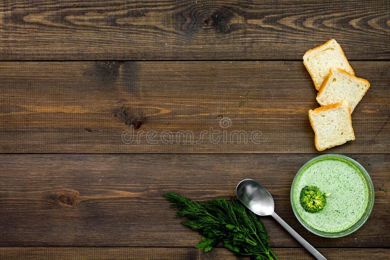 Natural, alimento biológico Sopa-puré vegetal verde en preparado del cuenco servido con los bizcochos tostados en la opinión de s imagenes de archivo