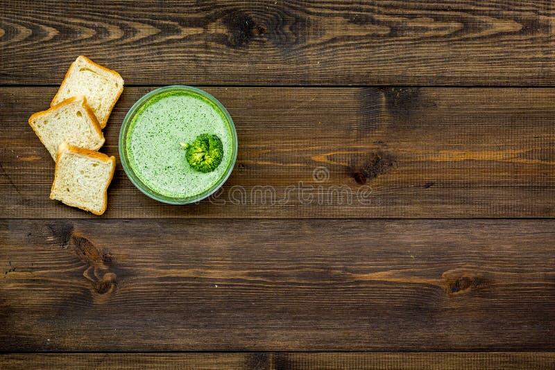 Natural, alimento biológico Sopa-puré vegetal verde en preparado del cuenco servido con los bizcochos tostados en la opinión de s foto de archivo libre de regalías