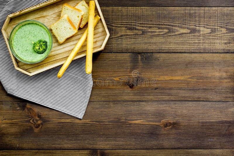 Natural, alimento biológico Sopa-puré vegetal verde en preparado del cuenco servido con los bizcochos tostados en la opinión de s fotos de archivo