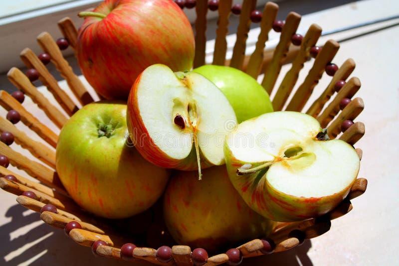 Natural das maçãs e suculento bonitos em uma cesta de madeira imagem de stock