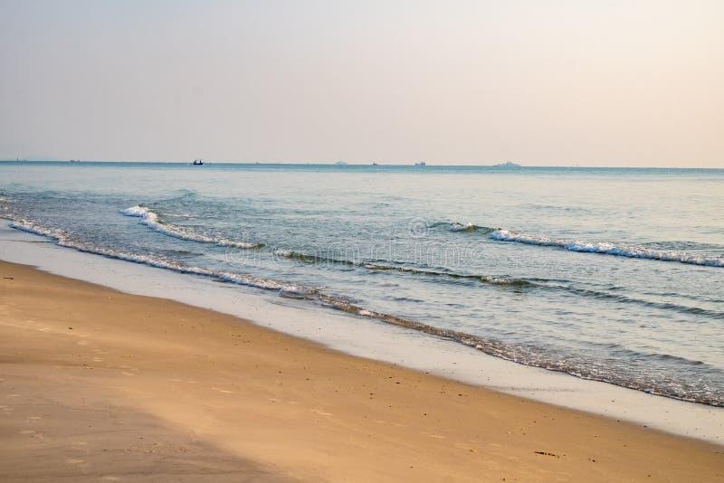 Natural hermoso de la arena marr n de la playa por ma ana for Arena de playa precio