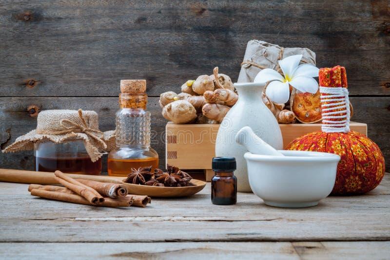 Natural Spa ingrediënten en kruidenkompresbal voor alternatief stock foto