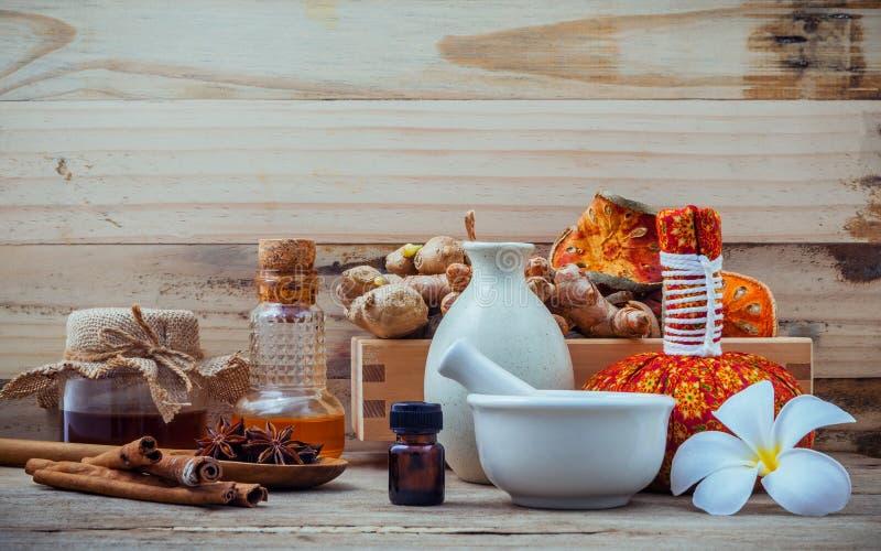 Natural Spa ingrediënten en kruidenkompresbal voor alternatief royalty-vrije stock fotografie