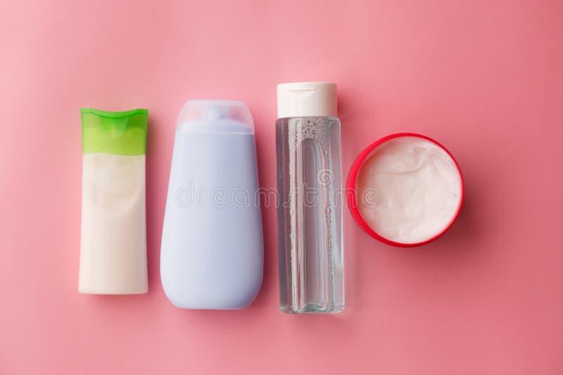 Natural un sistema de los cosméticos para la piel del cuerpo y de la cara Cuidado de piel Fondo rosado Foco selectivo imagenes de archivo