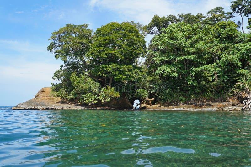 Naturale frani la roccia sulla costa di Costa Rica fotografia stock