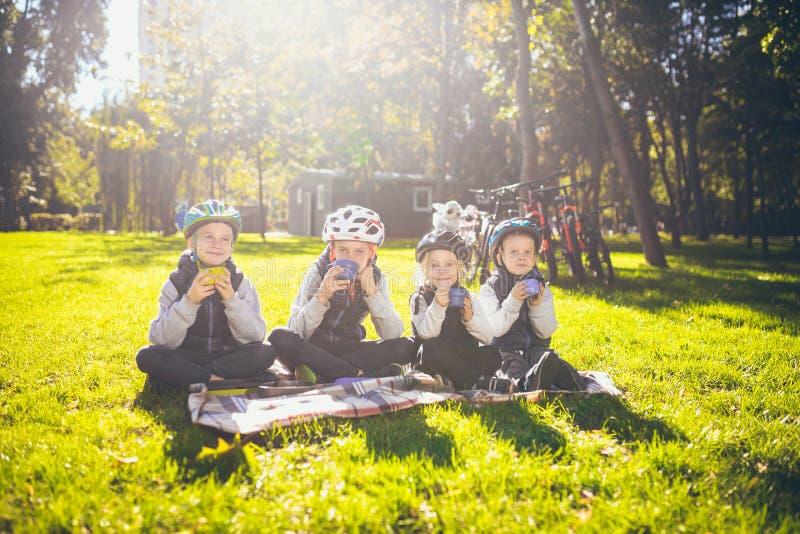 Naturaleza activa de los días de fiesta de la familia del tema niños de la gente del grupo los pequeños pequeños tres hermanos y  fotos de archivo libres de regalías
