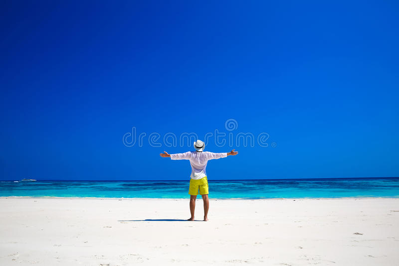 Naturaleza costa Hombre libre feliz que aumenta sus manos o brazos abiertos fotografía de archivo libre de regalías