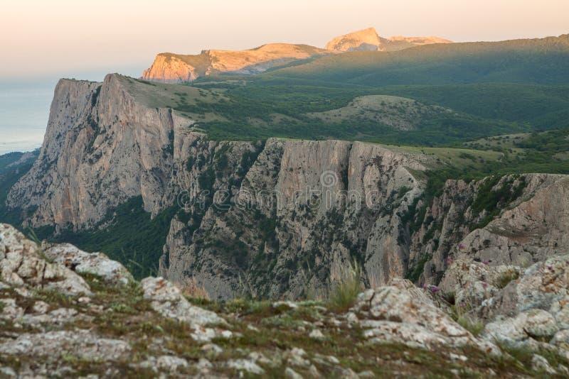 Naturaleza de Crimea Paisaje que sorprende, montañas, costa del Mar Negro durante puesta del sol Belleza del paisaje de la natura imágenes de archivo libres de regalías