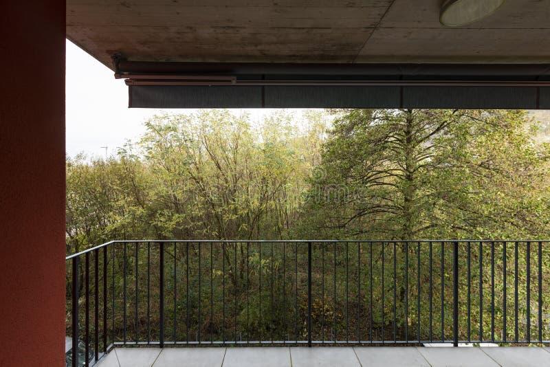 Naturaleza de desatención de la terraza del apartamento con las paredes exteriores rojas fotos de archivo libres de regalías