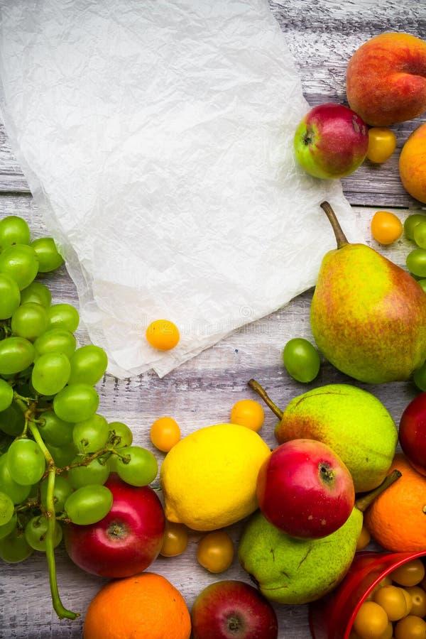 Naturaleza de madera de la comida del otoño del vintage del fondo de la fruta imagen de archivo libre de regalías
