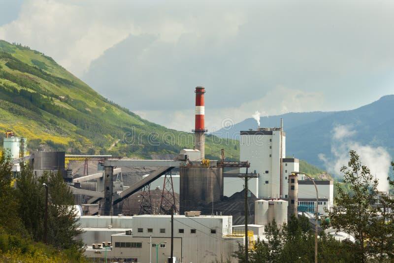 Naturaleza del contraste de la planta de la corriente eléctrica de la mina de carbón fotografía de archivo