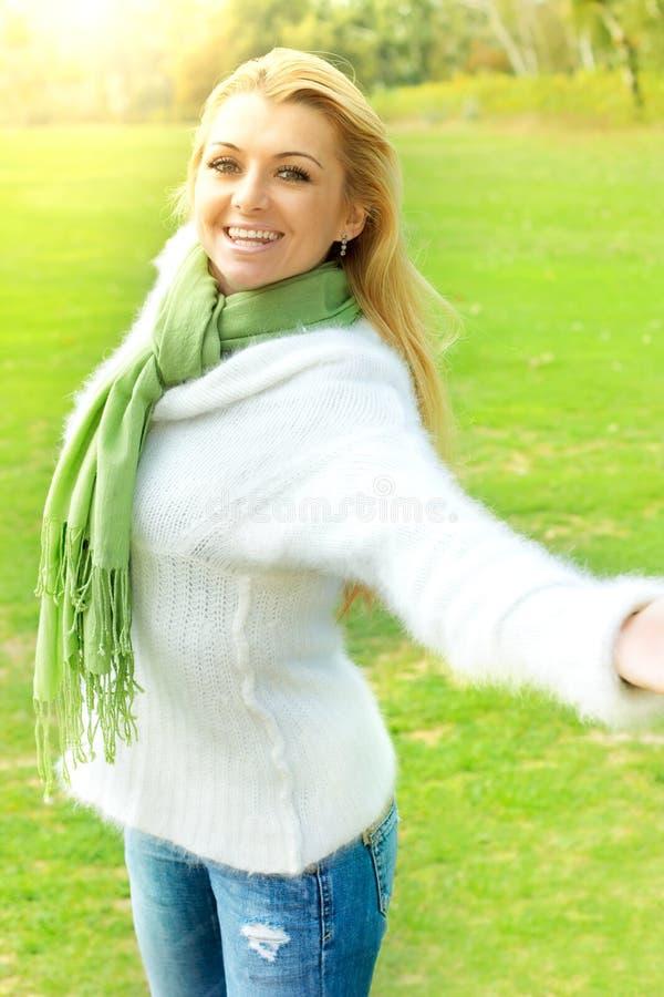 Naturaleza del enjoment de la muchacha de la felicidad imagen de archivo libre de regalías