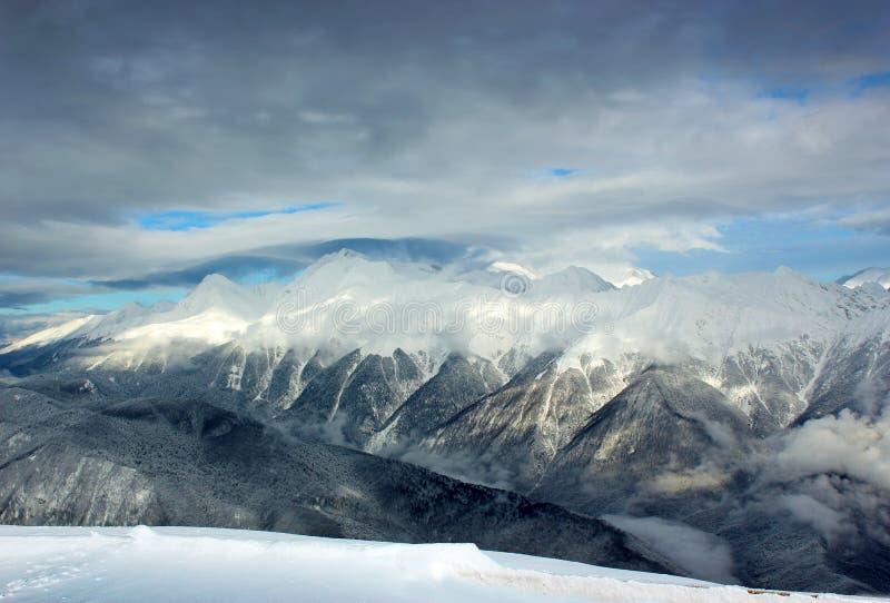 Naturaleza del invierno, montañas de la altura en nieve fotos de archivo libres de regalías