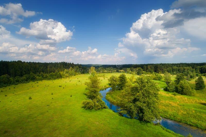 Naturaleza del resorte Paisaje del resorte Prado verde con el r?o y el cielo azul imagen de archivo libre de regalías