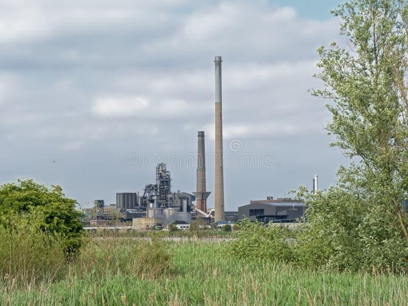 Naturaleza e industria - edificios industriales en el puerto de Amberes sean de la frontera verde en el otro lado del río Escalda fotos de archivo